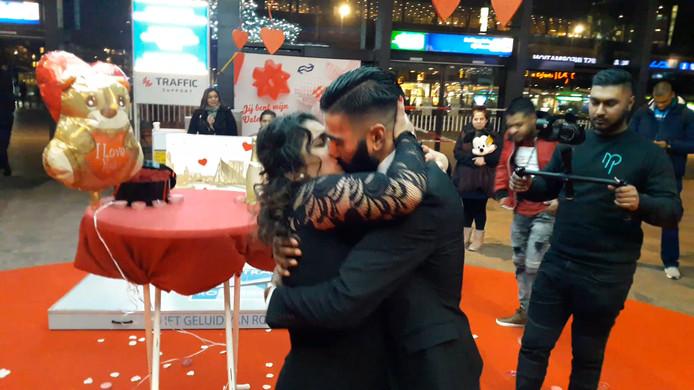 Rotterdammer Saweesh vroeg de hand van zijn vriendin Kaajal. Zij zei 'ja'.