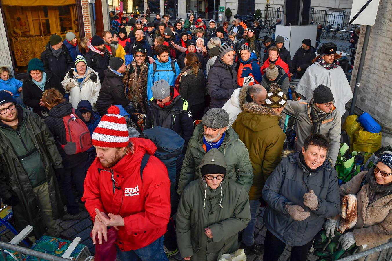 Een massa wachtenden trotseert de kou om toch maar aan tribunekaarten te geraken.