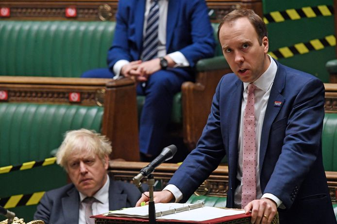 Minister Matt Hancock met achter zich premier Johnson.