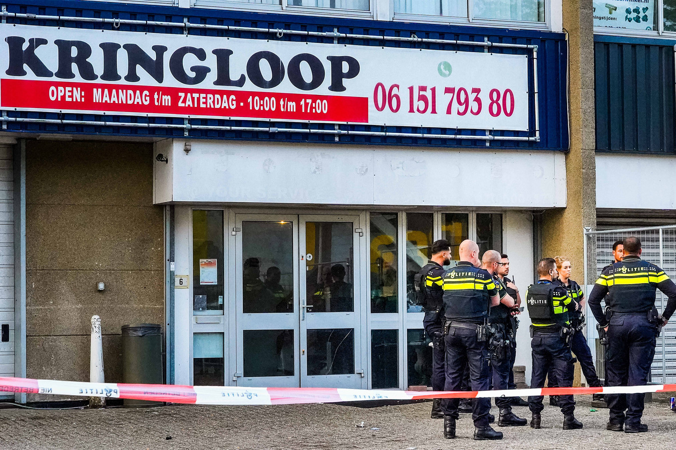 Dimanche, peu avant 6h00, des coups de feu avaient été tirés en marge d'une fête, dans le quartier Amsterdam-Zuidoost, avait déjà communiqué la police d'Amsterdam. L'ancien joueur aurait tenté de s'interposer dans une dispute, selon la police, et c'est à ce moment-là qu'il aurait été touché par un tir.