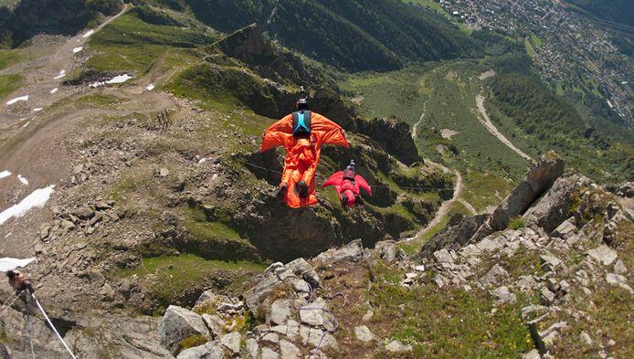 Twee wingsuit-valschermspringers, hier in Chamonix in de Franse Alpen (Archieffoto)