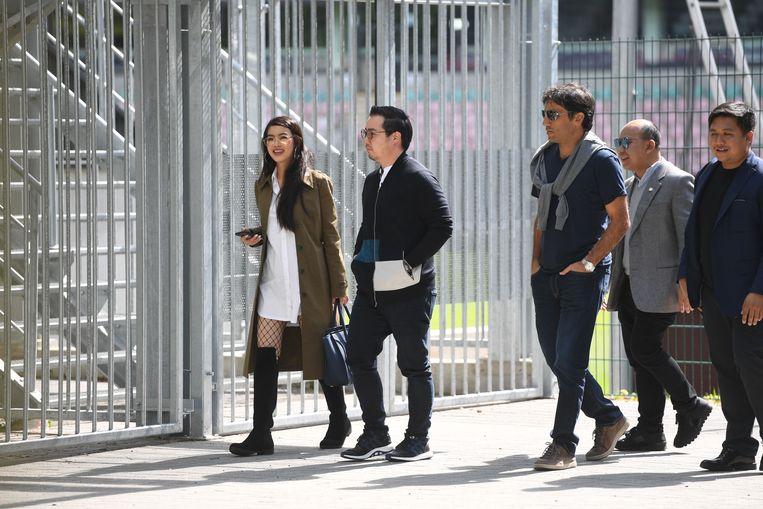 Een Thaise delegatie, met de nieuwe sterke man Aiyawatt Srivaddhanaprabha (tweede van links), komt aan bij het stadion van OHL. Beeld Vertommen