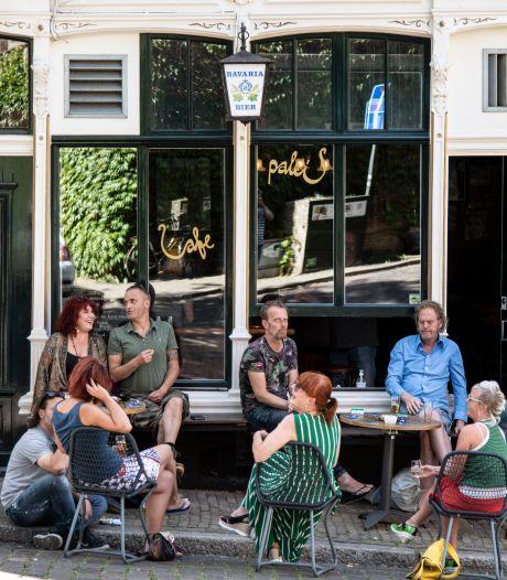 Gemeente Nijmegen sluit café 't Paleis wegens drukte: 'Op Schiphol kan alles, maar hier niks'