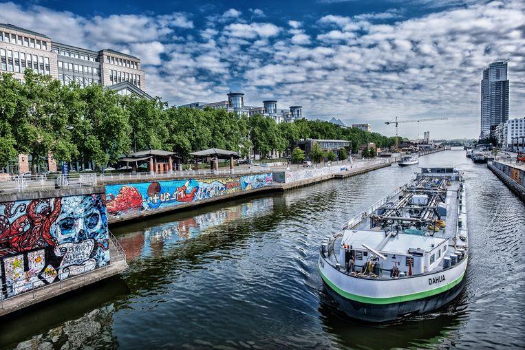 Binnenvaart aan de brug bij Sainctelette. 'Vanaf het water zie je pas hoe heuvelachtig Brussel is', zegt Nick Trachet van de Seascouts.  Beeld Tim Dirven