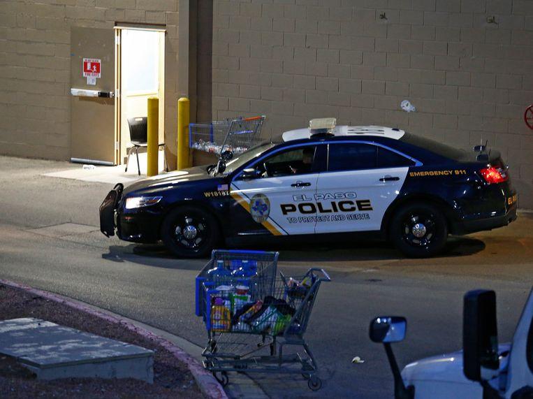 Een politieauto staat bij de Walmart in El Paso waar zaterdag de schietpartij plaatsvond. Beeld EPA