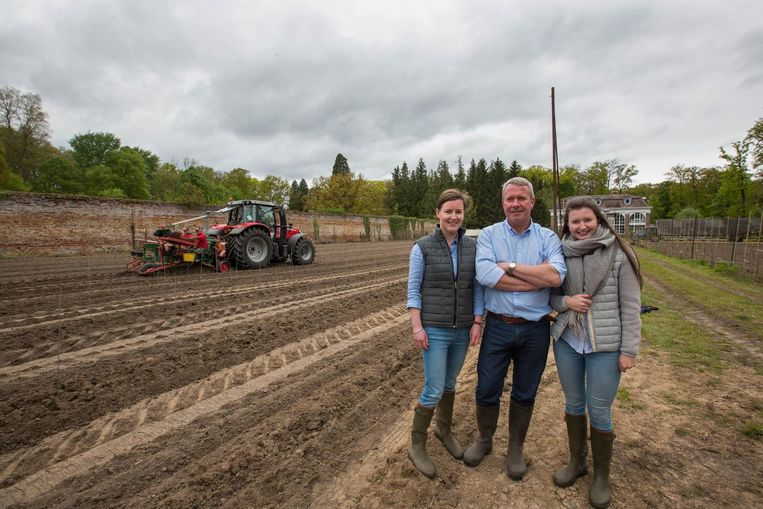Wijnbouwer Peter Nijskens met dochters Laura en Isaline.