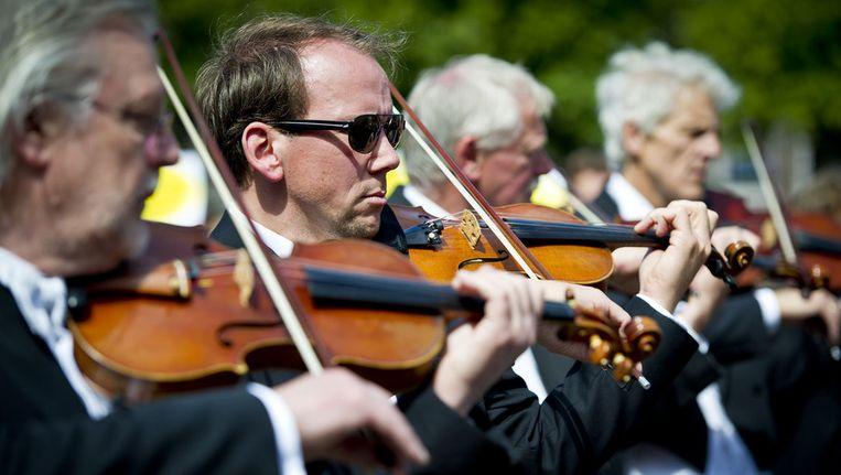 Het Brabants Orkest speelde op 20 juni 2011 uit protest tegen bezuinigingen het Brabant Lied op het Plein voor de Tweede Kamer in Den Haag. Beeld ANP