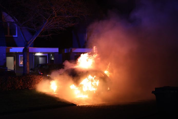 Een brandende auto aan de Wort in Schijndel, 25 november 2020.