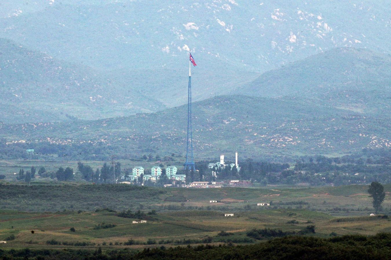 Een Noord-Koreaanse vlag in het dorpje Gijungdong in Noord-Korea.