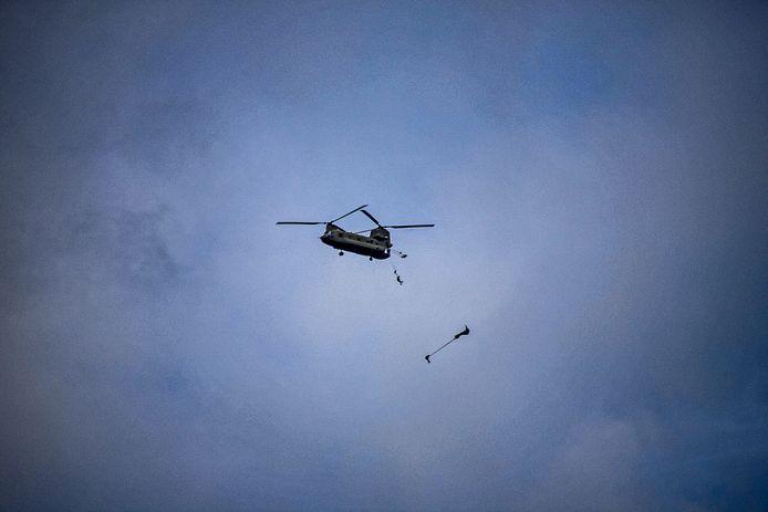 Twee militairen springen uit een Amerikaanse Chinook boven Houtdorperveld.