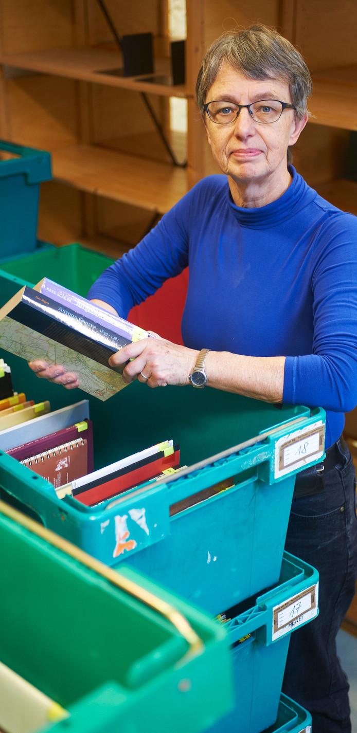 Agnes Lewe, stadsarchivaris te Oss, tijdens de verhuizing van het archief naar de bieb.