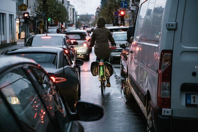 Als een illegaal manoeuvre veiliger blijkt te zijn, dan moet een fietser de boete die hij daarvoor krijgt aanvechten voor de politierechtbank, menen verkeersexperten. Beeld Wouter Van Vooren