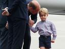 George als vierjarige aan de hand van zijn vader, prins William.