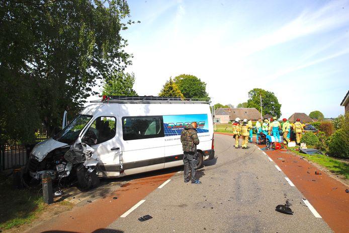 Flinke botsing tussen bedrijfsbus en auto; weg afgesloten.