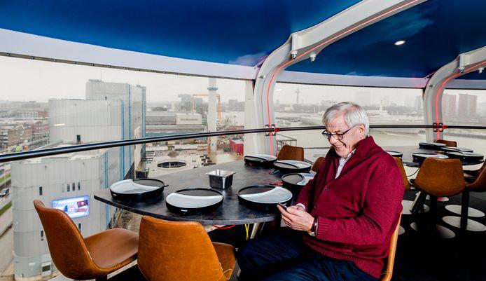 Ondernemer Hennie van der Most in het UFO-restaurant.