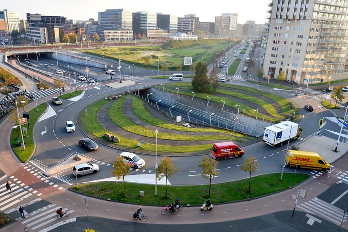 De grote rotonde bij het Eemplein (De Nieuwe Poort) op de voorgrond, en op de achtergrond het braakliggende stuk grond dat het Trapeziumterrein heet. Hier komt, als het aan het gemeentebestuur ligt, in 2024 het nieuwe stadhuis.
