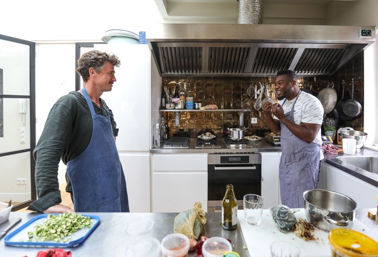 Charles Ajilo en Gilles van der Loo maken egusi soup. Beeld Eva Plevier