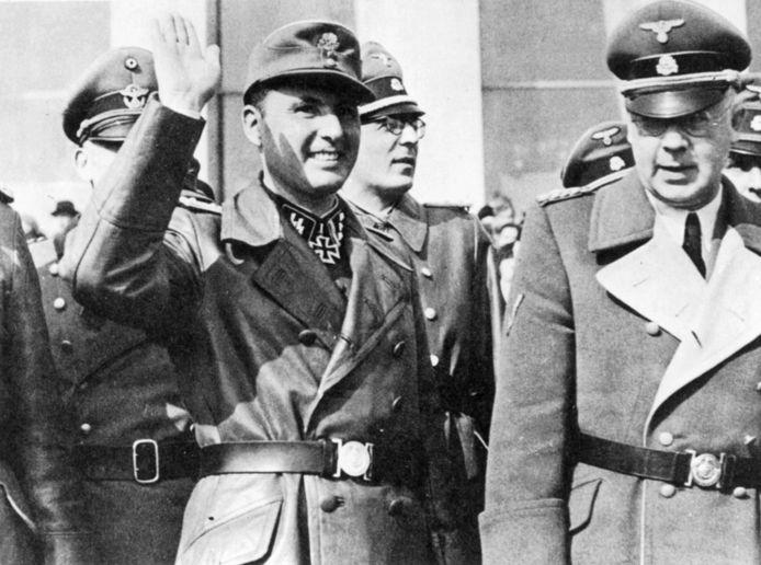 Léon Degrelle (met opgestoken hand) samen met SS-leider Karl Oberg (rechts) die de Franse SS-afdeling leidde.