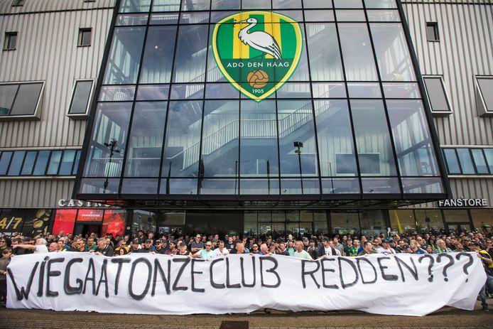 Supporters van ADO Den Haag demonstreren in juli dit jaar bij het stadion tegen het bestuur.