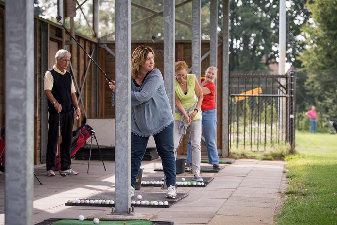 Tijdens de Zomerschool van Cosbo worden er allerlei activiteiten voor ouderen opgezet, zoals een middagje golfen tijdens een eerdere editie.