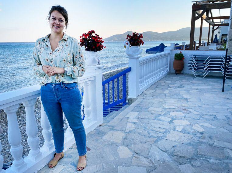 Annerieke Oudshoorn op het terras van haar hotel: 'Ik ben hier soms net een half reisbureau' Beeld Thijs Kettenis