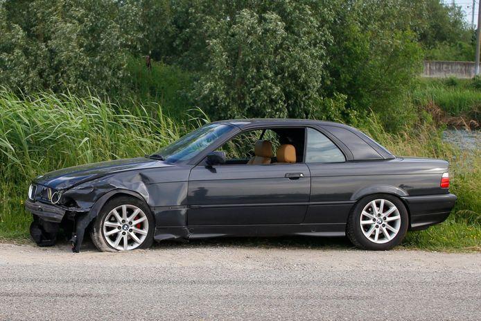 De andere auto bleef op het droge maar liep ook flinke schade op.