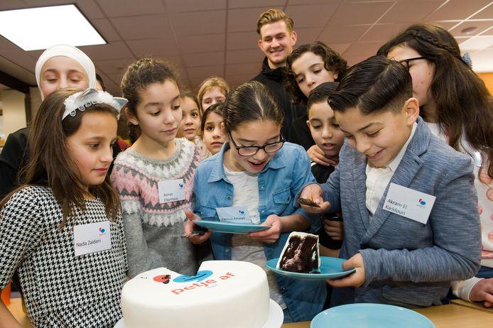 Na een dag leren op de weekendschool van Stichting Petje Af  gaat een stuk taart er wel in.