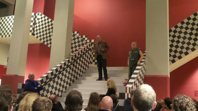 De directeur van de schouwburg en cabaretier Bert Visscher spreken het publiek in Cuijk toe