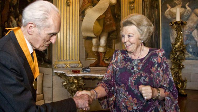 Gustav Leonhardt ontvangt in 2009 op Paleis Huis ten Bosch de Eremedaille in de Huisorde van Oranje van koningin Beatrix. © ANP Beeld