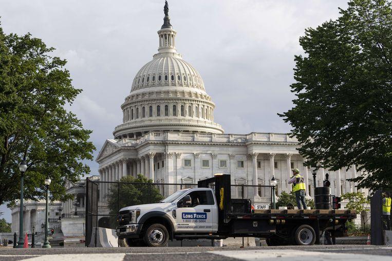 Een half jaar na de bestorming van het Capitool wordt het hekwerk dat het gebouw sindsdien omringde, eindelijk afgebroken. Beeld AFP