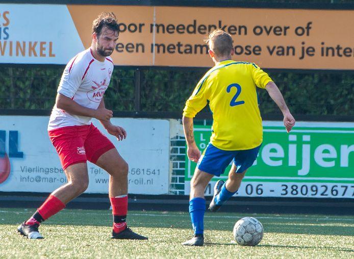 Teun Jakobs van Volharding in duel met een speler van Emplina.