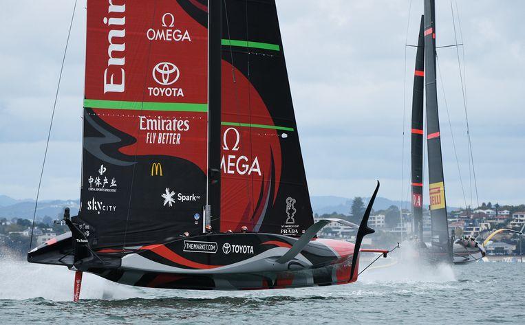 De boot van Emirates Team New Zealand, met de Nederlander Carlo Huisman aan boord, lijkt te zweven boven het water voor de kust van Auckland Harbour, Nieuw-Zeeland. Beeld AP