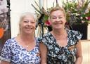 De Oisterwijkse zussen Ada en Nellie van Deursen met hun onderscheiding.