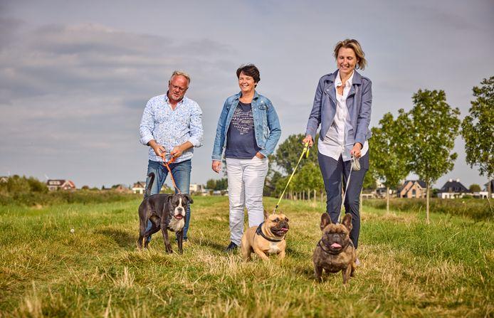 De hondenbezitters Patrick Braams, Jolanda Koorn en Eveline van Tuijl (vlnr) uit Nesselande in de Eendragtspolder.