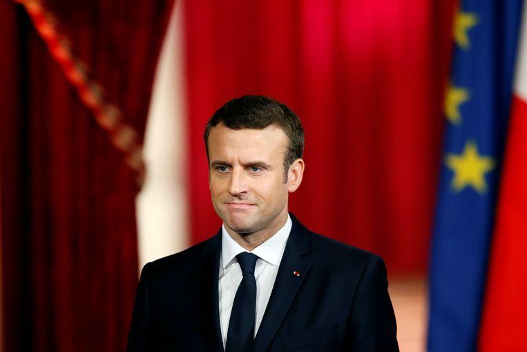Macron hoort toe wanneer de voorzitter van de Franse constitutionele raad hem tot president uitroept. Beeld REUTERS