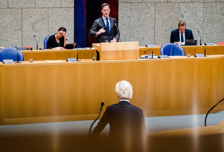 Minister Tamara van Ark voor Medische Zorg (VVD), Premier Mark Rutte, Minister Tamara van Ark voor Medische Zorg (VVD) en Geert Wilders (PVV) tijdens het debat over de ontwikkelingen rondom het coronavirus in de Tweede Kamer.  Beeld ANP