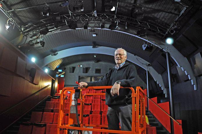 Kees Louer luistert kritisch naar de klanken in de zaal van Filmtheater fiZi.