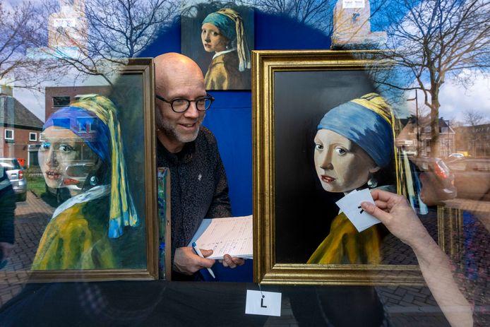 Twan Verkuijlen en Lonneke de Wit bouwden maandag de expositie 'Meisje met de Parel op z'n Meierij's' op in Schijndel.