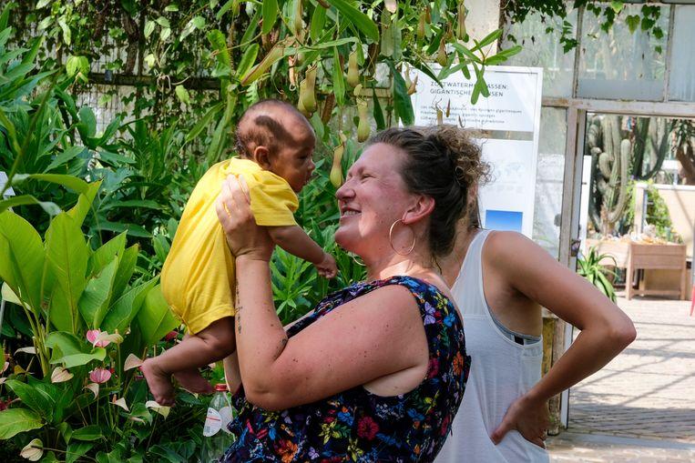 Foto's van baby's op leliebladeren: plantentuin Meise - Baby Moussa met mama Tess