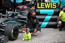 Lewis Hamilton viert zijn zevende wereldtitel in de Formule 1. Hond Roscoe deelt in Turkije mee in de feestvreugde.