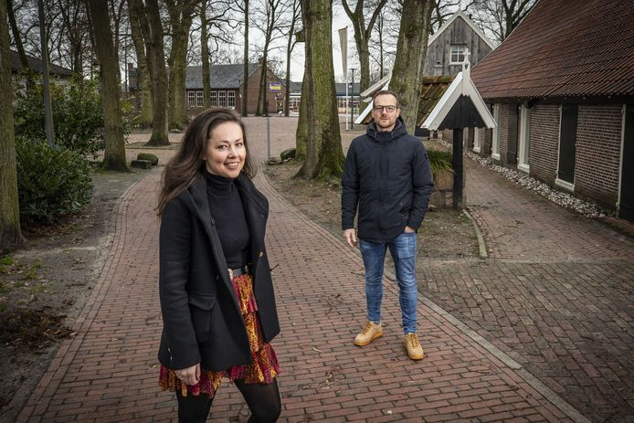 """Jongerenwerkers Ellen Blokhuis en Rick Ravenshorst bij dorpshuis Erve Kampboer. """"Als het zich rondspreekt dat het gezellig is op het bootcamp, dan zou dat al mooi zijn."""""""