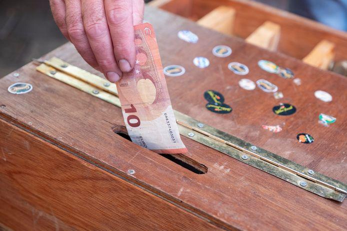 De markt is een van de plekken waar relatief veel met contant geld wordt betaald. Kooplieden storten de opbrengst meerdere keren per week bij de bank.