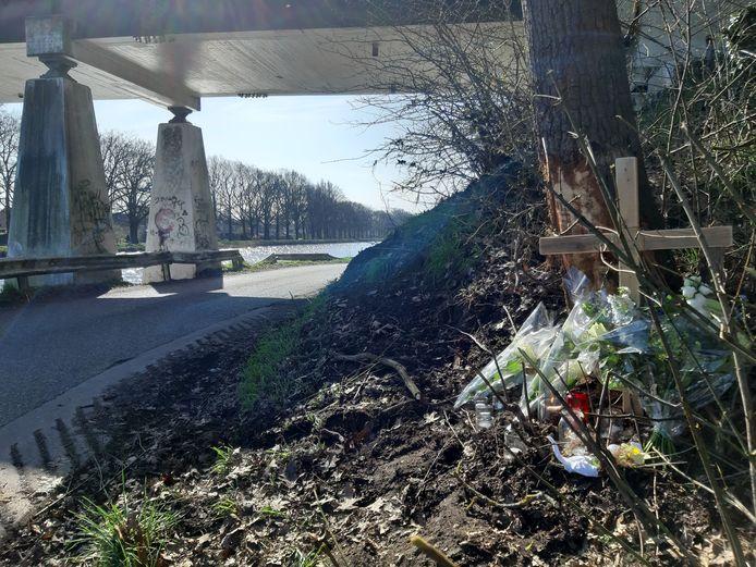 Bloemen markeren de boom in de berm langs de Buitenhaven Westzijde waar de crash begon.