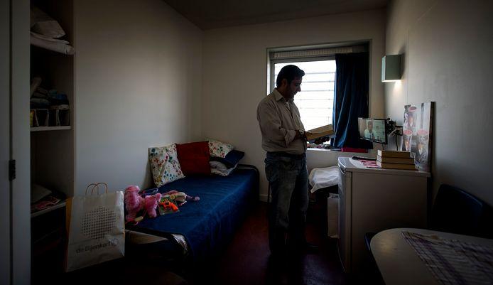 Een asielzoeker in azc Amsterdam, de voormalige Bijlmerbajes.