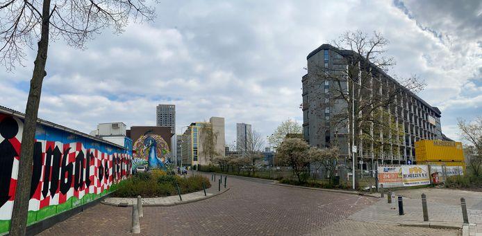 Het Emmasingelkwadrant in Eindhoven, met rechts het 'karkas', aan de Vonderweg, tegenover het PSV-stadion. Het voormalige Philips-kantoor dat al weer jaren staat te verkommeren wordt nog voor de zomer gesloopt. Ervoor in de plaats komen zo'n 500 woningen.