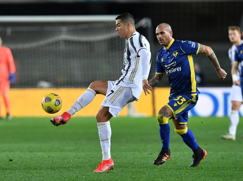 Cristiano Ronaldo in actie tegen Hellas Verona, zaterdag in de Serie A. Beeld REUTERS