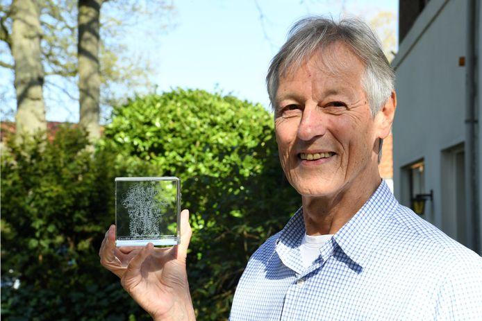 Emeritus hoogleraar Peter Rottier werkte ruim veertig jaar aan coronavirussen op het lab aan de faculteit Diergeneeskunde aan de Universiteit Utrecht. In zijn hand houdt hij een struktuurmodel van het eiwit dat op coronavirussen de karakteristieke uitsteeksels vormt, de zogenoemde spikes.