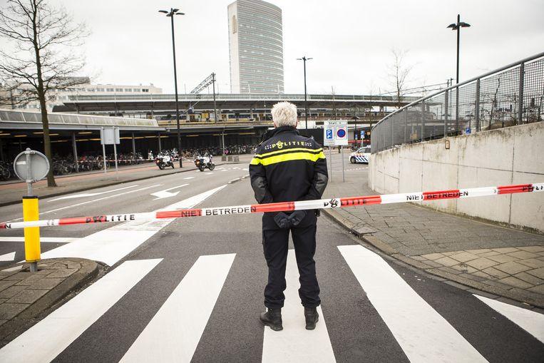 Een politieagent voor het treinstation van Hoofddorp. Beeld ANP