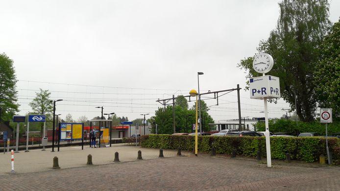 De man die het 17-jarige meisje lastigviel, stapte op station Olst uit de trein.