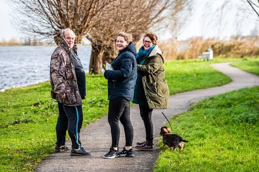 Ingo Slagman met zijn vrouw Gerritje, dochter Madeleine en tekkel Dolly bij de Noord Aa waar ze de flessenpostbrief hebben gevonden